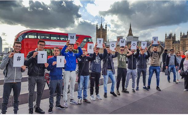 mladi u Londonu drže slova #Time to Move