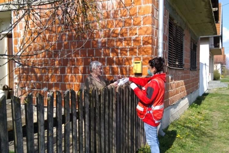 Fotografija Hrvatskog crvenog križa - djevojka pomaže starijoj ženi