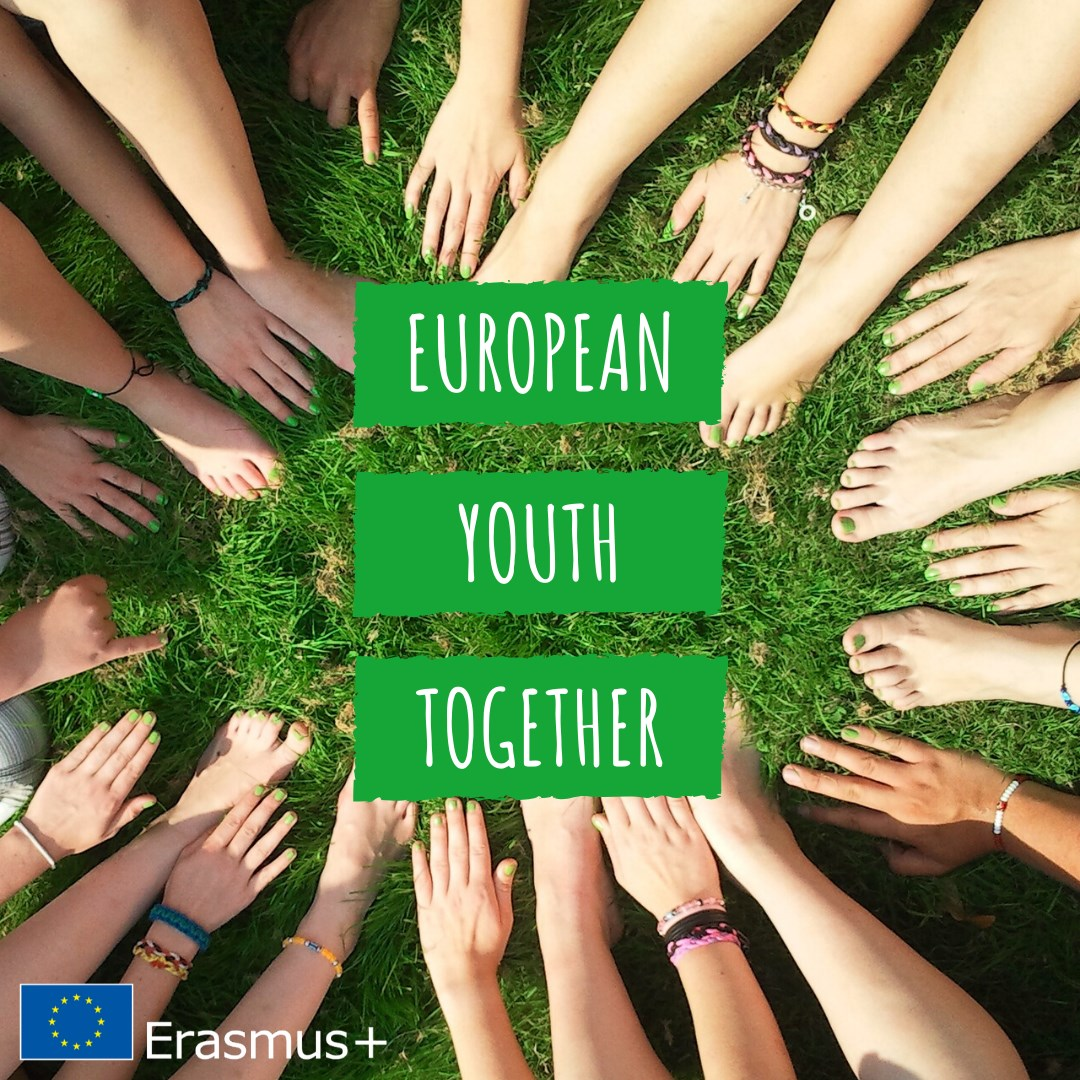 puno ruku i nogu mlađih osoba postavljenih u krug oko natpisa European Youth Together