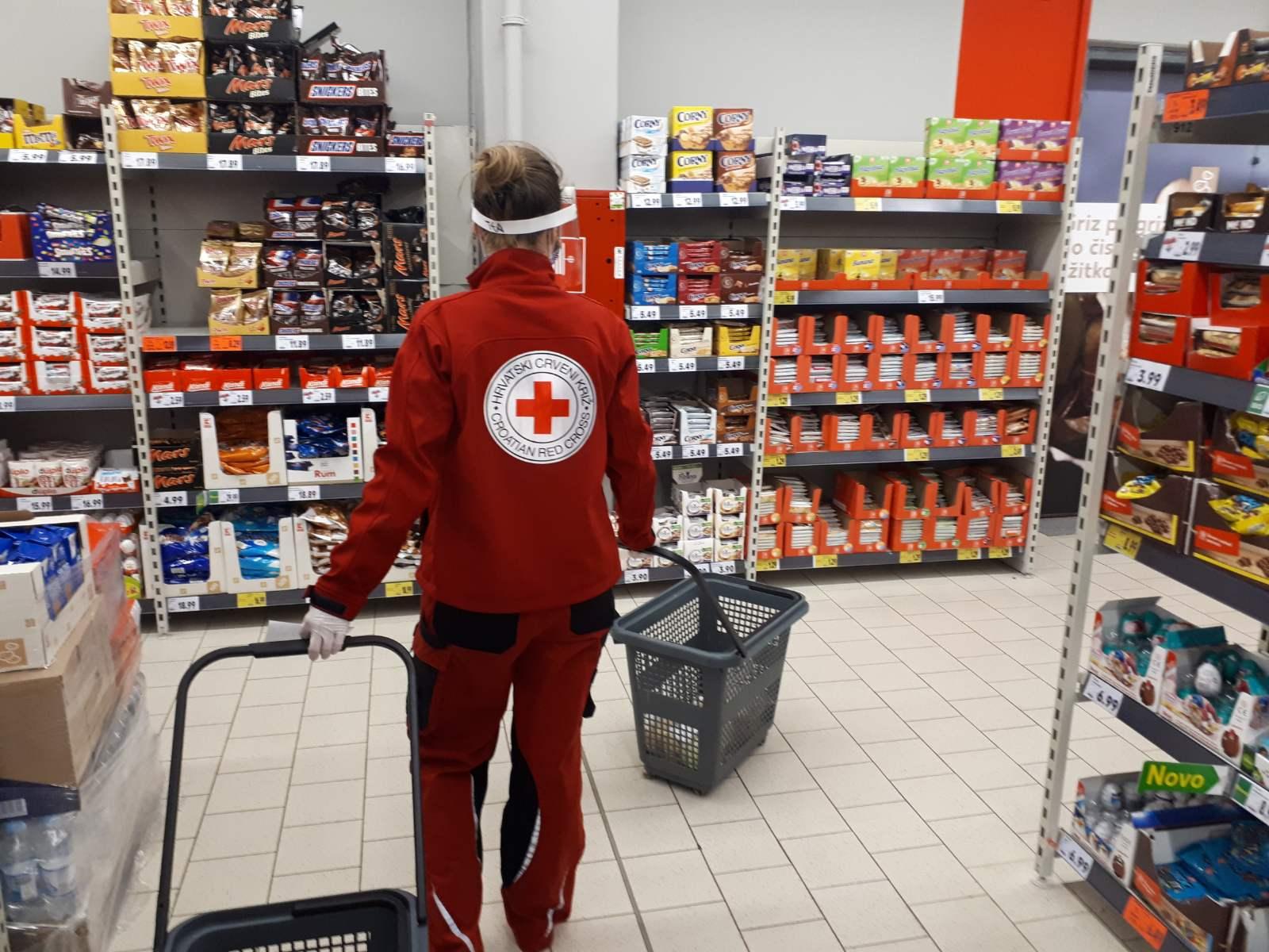 Volonteri Crvenog križa su spremno odlazili u nabavku namirnica i ostalih potrepština