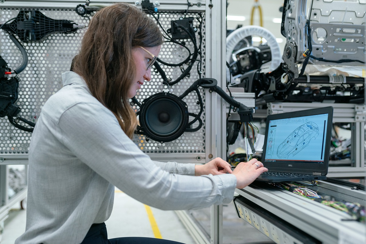 Fotografija koja prikazuje mladu inžinjerku u automobilskoj industriji