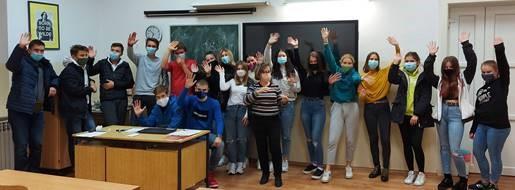 Dobitnica nagrade Comet Aleksandra Brmbota s učenicima