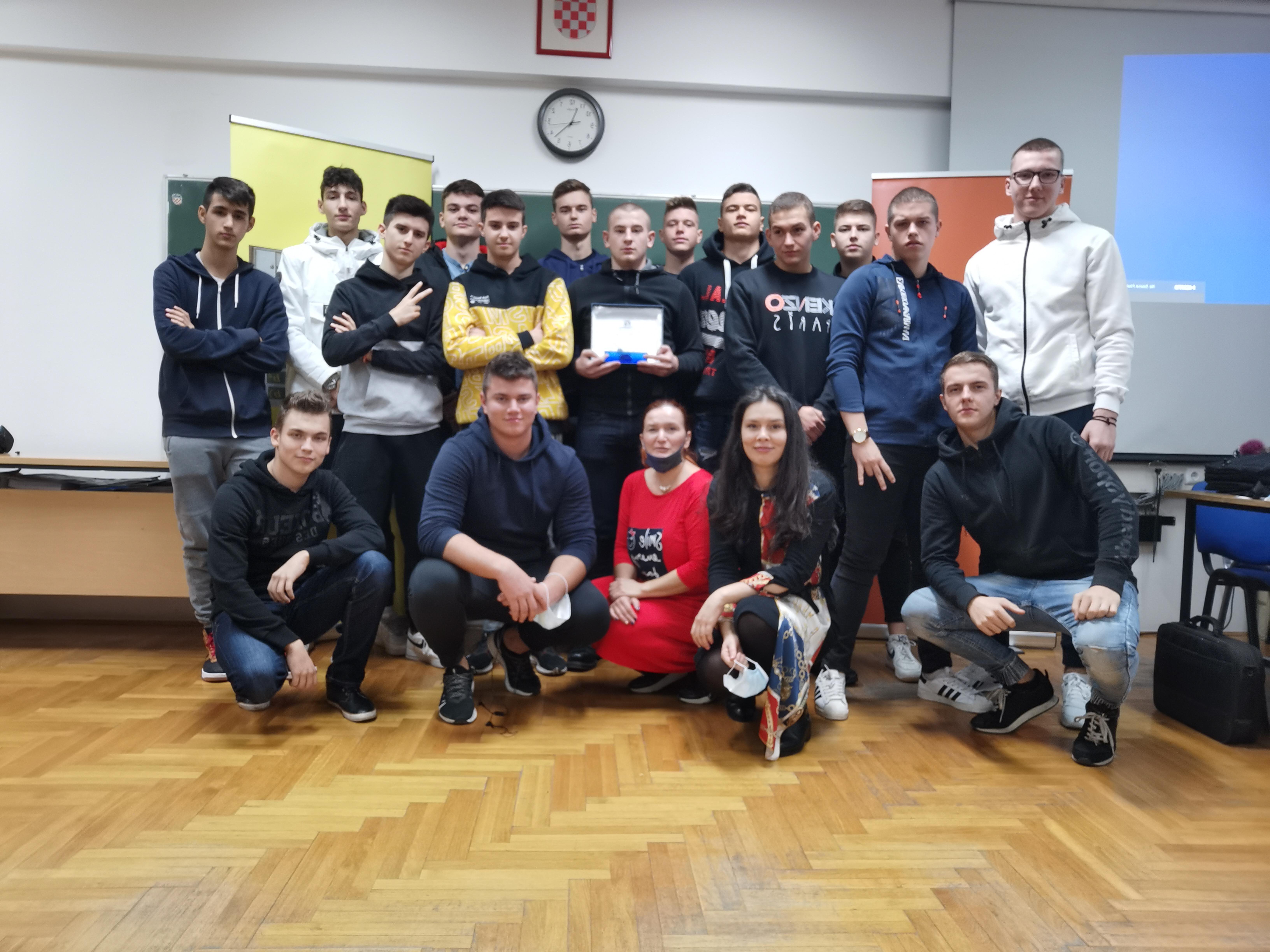 Dobitnica nagrade Comet Ružica Soldo s učenicima