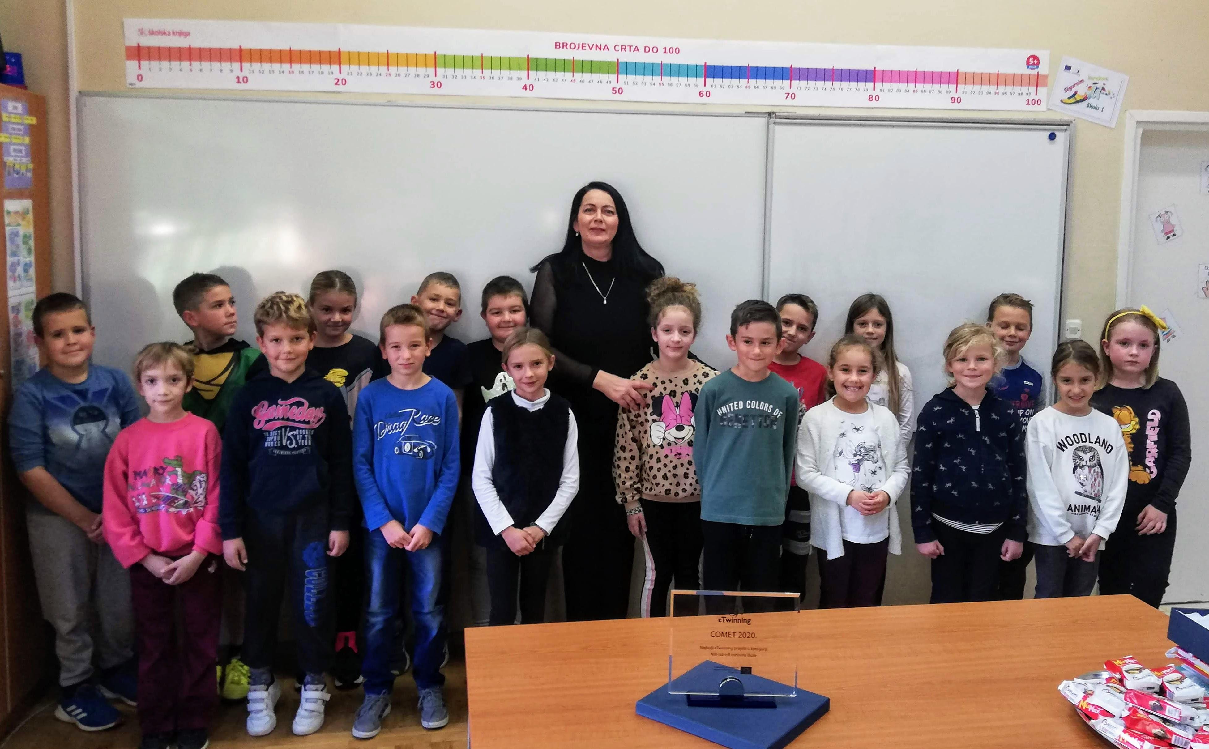 Dobitnica nagrade Comet Branka Pastuović s učenicima