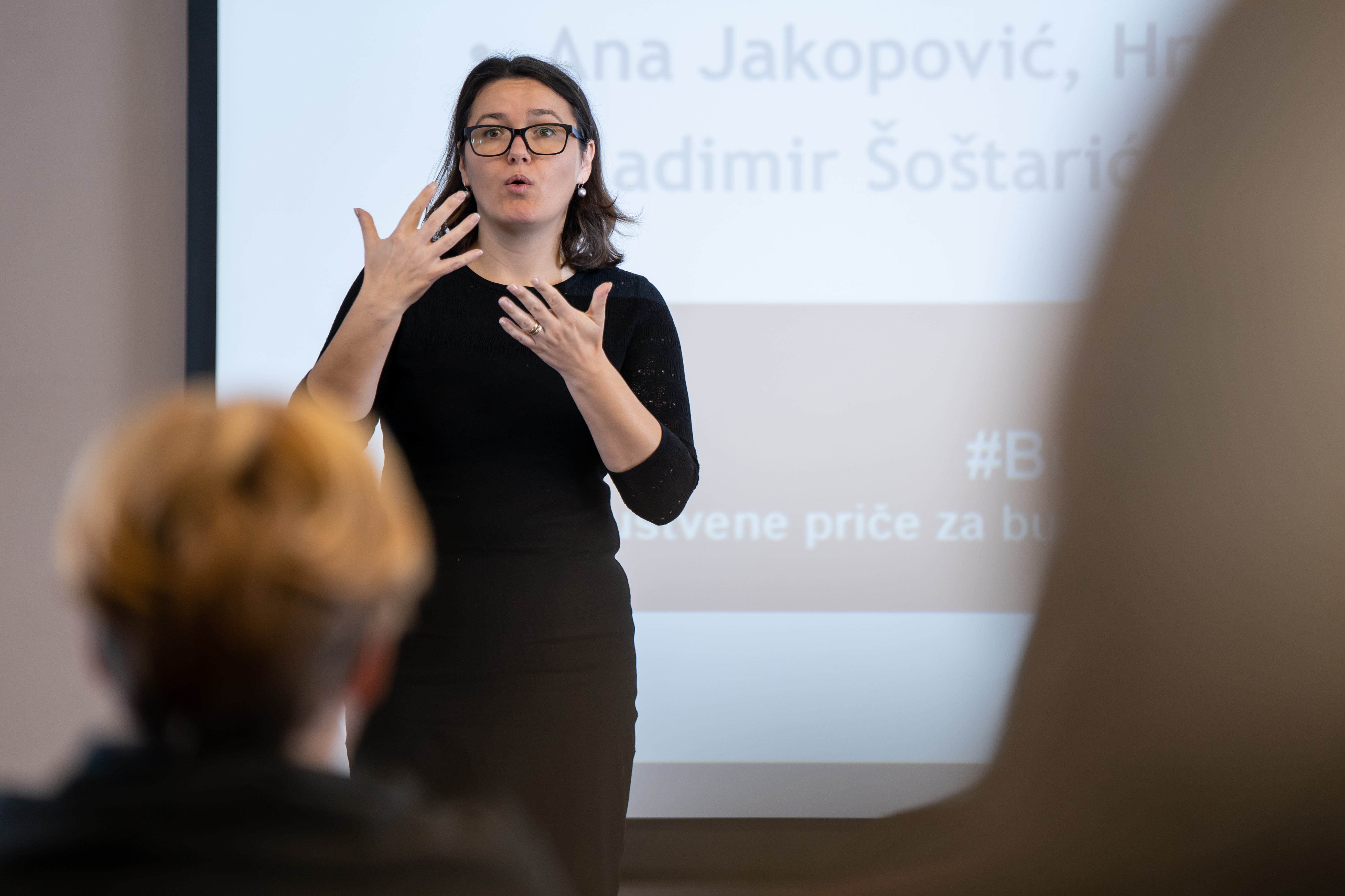 Na fotografiji Ana Jakopović iz Hrvatskog saveza gluhoslijepih osoba Dodir